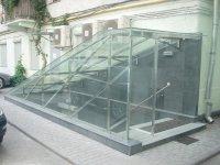 козырек над приямком из триплексованного стекла